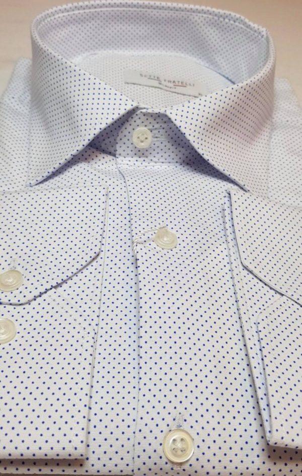 Vit herrskjorta med blå prickar i bomullskvalitet.