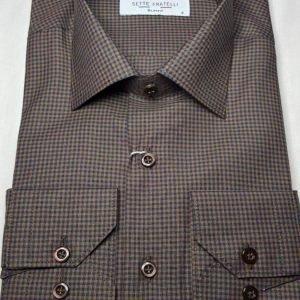 Brun och blårutig herrskjorta i bomullskvalitet.